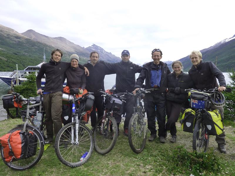Cicloviajeros en el Lago del Desierto
